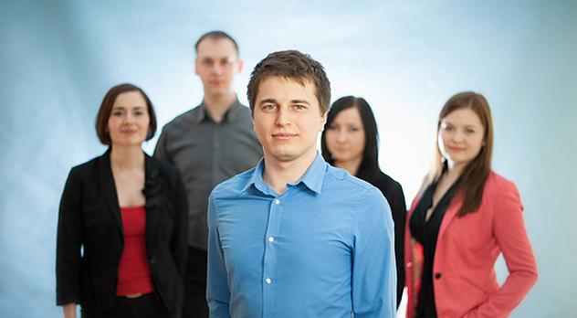 Na zdjęciu: Tomasz Tomaszewski (w środku) z zespołem